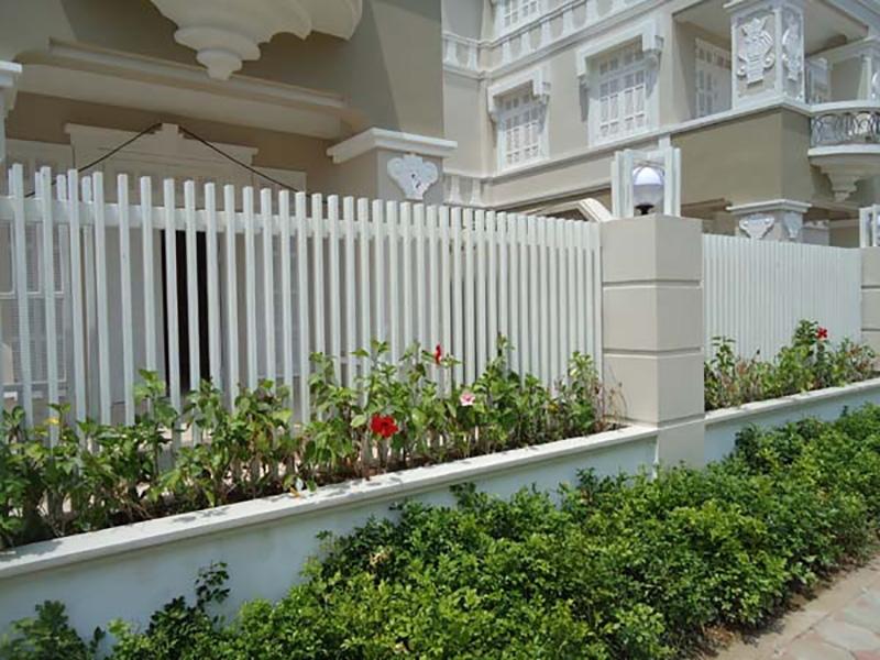 Mẫu hàng rào sắt hộp đẹp bố trí cùng khuôn viên nhà